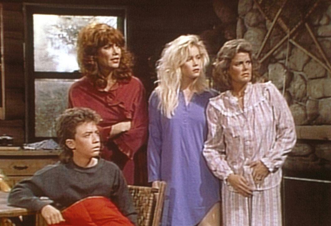 (v.l.n.r.) Bud (David Faustino), Peggy (Katey Sagal), Kelly (Christina Applegate) und Marcy (Amanda Bearse) sind besorgt, weil ihre Urlaubshütte von... - Bildquelle: Sony Pictures Television International. All Rights Reserved.