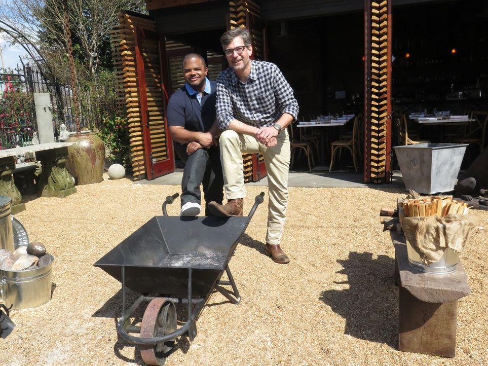 """Stolz präsentiert Chris Hastings (r.) Roger (l.) in Birmingham sein Restaurant """"OvenBird"""", das vor allem für seine Gerichte aus dem Holzofen bekannt... - Bildquelle: 2016,Cooking Channel, LLC. All Rights Reserved."""