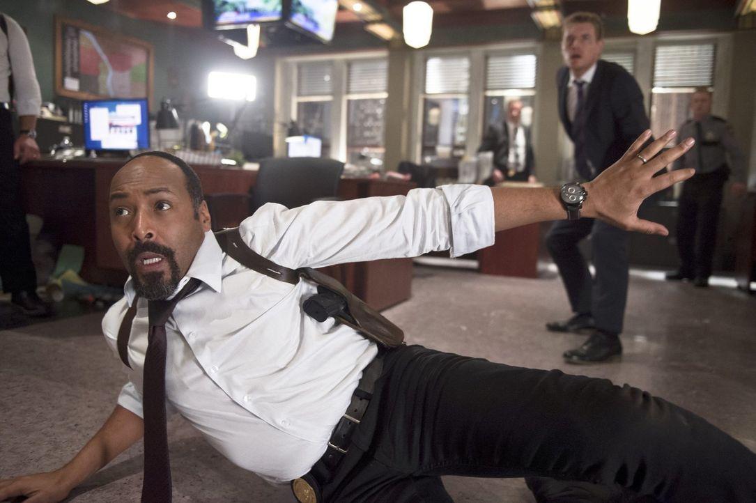 Ist es bereits zu spät, als Joe (Jesse L. Martin, l.) und Eddie (Rick Cosnett, r.) erkennen, welche Gefahr auf sie zukommt? - Bildquelle: Warner Brothers.