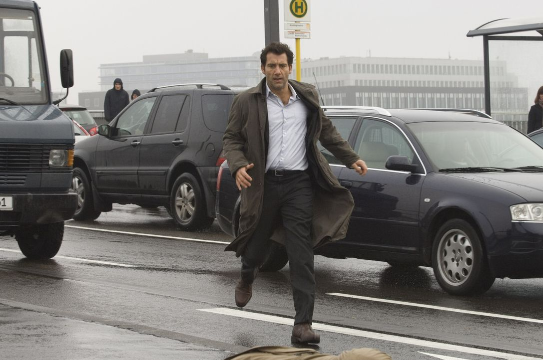Als sein wichtigster Zeuge am Berliner Hauptbahnhof ermordet wird, wird Interpol-Agent Louis Salinger (Clive Owen) klar, dass er dem mächtigen Banke... - Bildquelle: 2009 Columbia Pictures Industries, Inc. and Beverly Blvd LLC. All Rights Reserved.