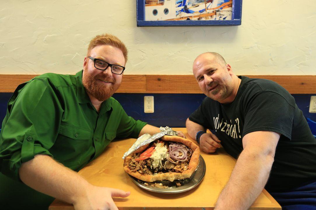 """Stolz präsentiert Küchenchef Tommy (r.) von """"Greek Village Grille"""" in Cleveland Josh Denny (l.) das Olymp-Gyros ... - Bildquelle: 2017,Television Food Network, G.P. All Rights Reserved."""