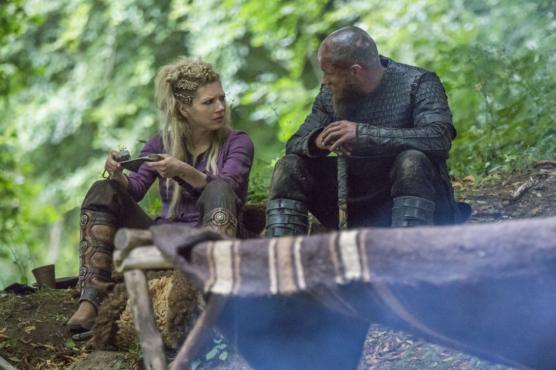 In Kattegat taucht Harbard wieder auf und bietet Aslaug an, sie von ihrem Schmerz zu befreien, während Ragnar (Travis Fimmel, r.), Lagertha (Kathery... - Bildquelle: 2016 TM PRODUCTIONS LIMITED / T5 VIKINGS III PRODUCTIONS INC. ALL RIGHTS RESERVED.