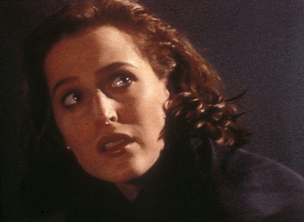 Bei einer nächtlichen Bootsfahrt macht Scully (Gillian Anderson) Bekanntschaft mit dem prähistorischen Seeungeheuer ... - Bildquelle: TM +   Twentieth Century Fox Film Corporation. All Rights Reserved.