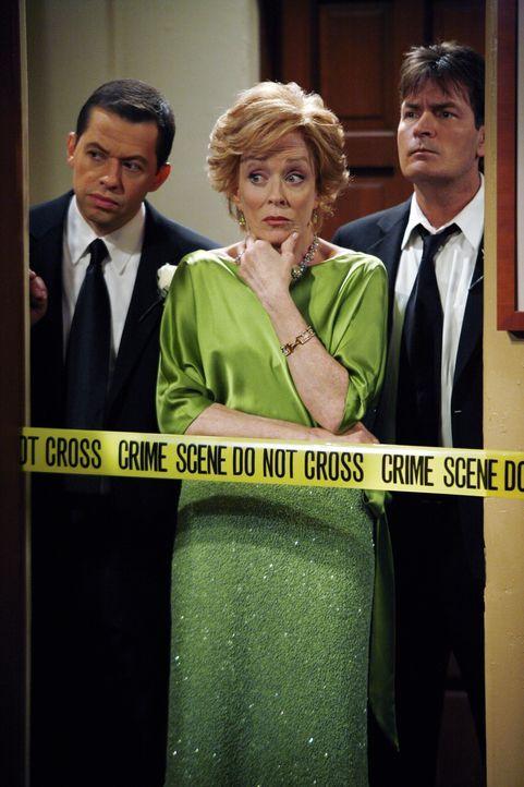 Schock am Hochzeitstag: Evelyn (Holland Taylor, M.) und ihre Söhne Charlie (Charlie Sheen, r.) und Alan (Jon Cryer, l.) ... - Bildquelle: Warner Bros.