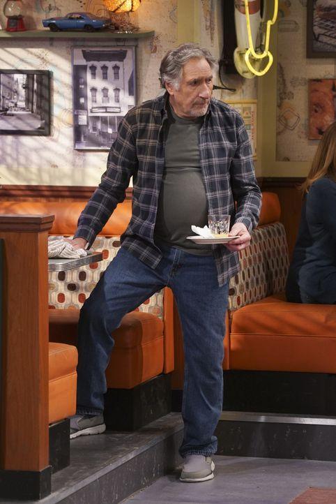 Arthur (Judd Hirsch) weiß nicht, was er machen soll, nachdem ein Kunstwerk von Franco an der Wand des Donut Ladens für Unstimmigkeiten mit den Nachb... - Bildquelle: Monty Brinton 2017 CBS Broadcasting, Inc. All Rights Reserved / Monty Brinton