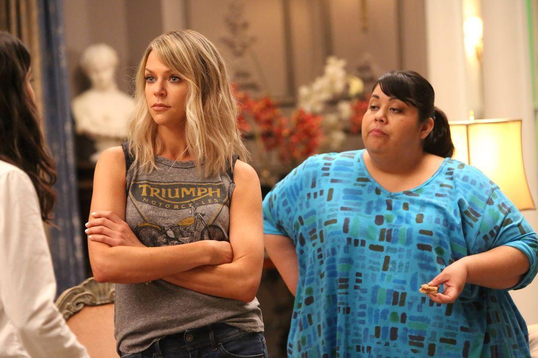 Als Sabrina und Chip behaupten, sie wären mit Alba (Carla Jimenez, r.) befreundet, schlägt Mickey (Kaitlin Olson, l.) zurück. Sie ist sich sicher, d... - Bildquelle: 2017 Fox and its related entities. All rights reserved.