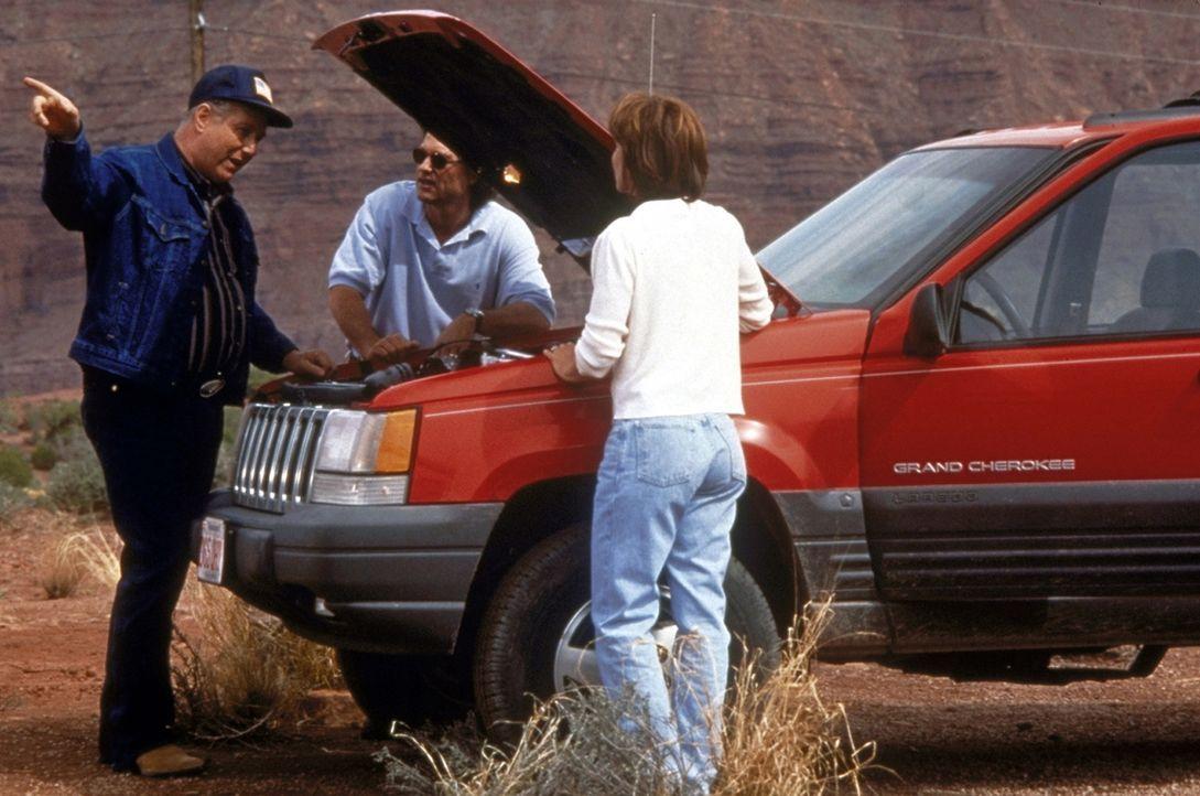 Als sich der hilfsbereite Trucker Red Barr (J. T. Walsh, r.) bereit erklärt, Amy (Kathleen Quinlan, l.) mit zur nächsten Tankstelle zu nehmen, bleib... - Bildquelle: Paramount Pictures