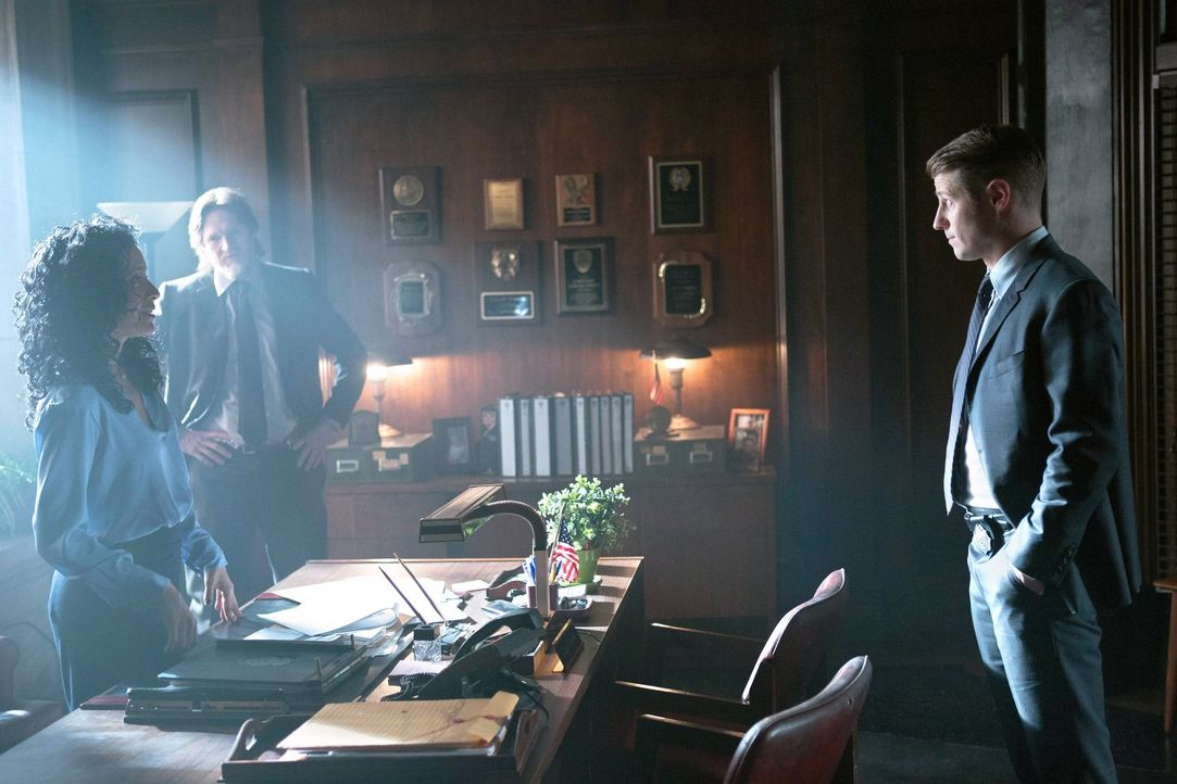 Ein Mordfall beschäftigt Jim Gordon (Ben McKenzie, r.), Harvey Bullock (Donal Logue, M.) und Sarah Essen (Zabryna Guevara, l.) ... - Bildquelle: Warner Bros. Entertainment, Inc.