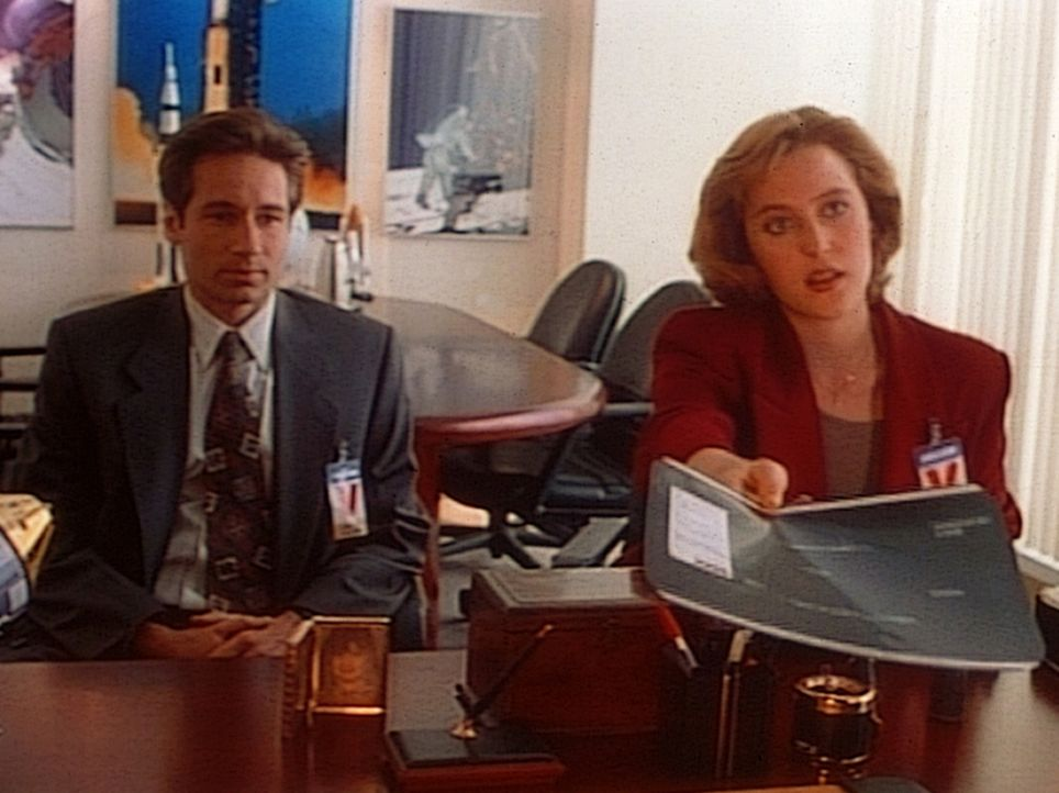 Mulder (David Duchovny, l.) und Scully (Gillian Anderson, r.) präsentieren dem Direktor des Space Shuttle-Programms das Röntgenbild eines beschädigt... - Bildquelle: TM +   Twentieth Century Fox Film Corporation. All Rights Reserved.