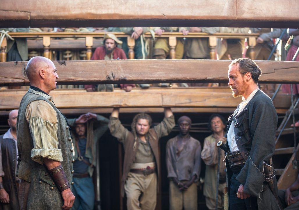 Captain Flint (Toby Stephens, r.) wird sein Schiff und seine Crew nicht kampflos abgeben, egal wie viele Stimmen Singleton (Anthony Bishop, l.) erhä... - Bildquelle: 2013 Starz Entertainment LLC, All rights reserved