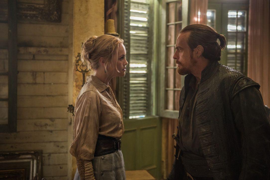 Eleanor (Hannah New, l.) muss sich zwischen Flint (Toby Stephens, r.) und Vane entscheiden ... - Bildquelle: 2015 Starz Entertainment LLC, All rights reserved.