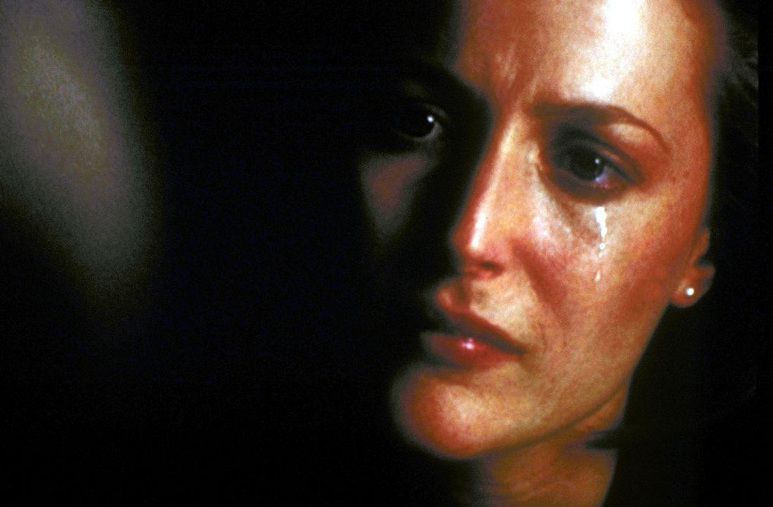 Durch einen Zufall gerät Scully (Gillian Anderson) an die Röntgenbilder ihres ehemaligen Lehrers und Geliebten, der schwer herzkrank auf der Intensi... - Bildquelle: TM +   2000 Twentieth Century Fox Film Corporation. All Rights Reserved.