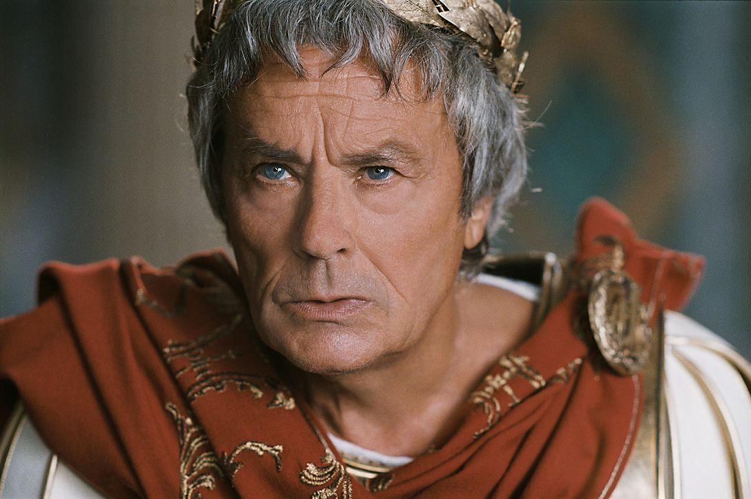 Noch ahnt Caesar (Alain Delon) nicht, dass ihm ausgerechnet sein Adopotivsohn Brutus nach dem Leben trachtet ... - Bildquelle: Constantin Film