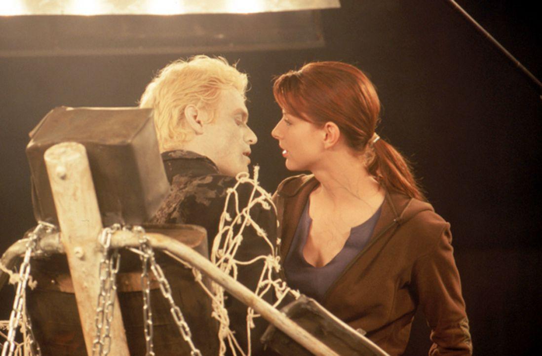 Trotz seiner prekären Lage, scheut Dracula (Stephen Billington, l.) nicht davor zurück, mit der hübschen Studentin Elizabeth Blaine (Diane Neal, r.)... - Bildquelle: Neo Art & Logic
