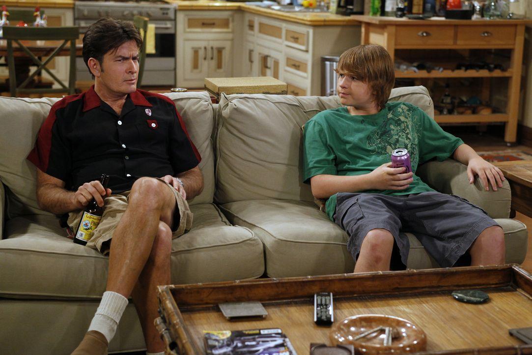 Jake (Angus T. Jones, r.) hat seinen Lernführerschein und braucht einen Erwachsenen, um sich hinter das Steuer setzen zu dürfen. Als Charlie (Charli... - Bildquelle: Warner Brothers Entertainment Inc.