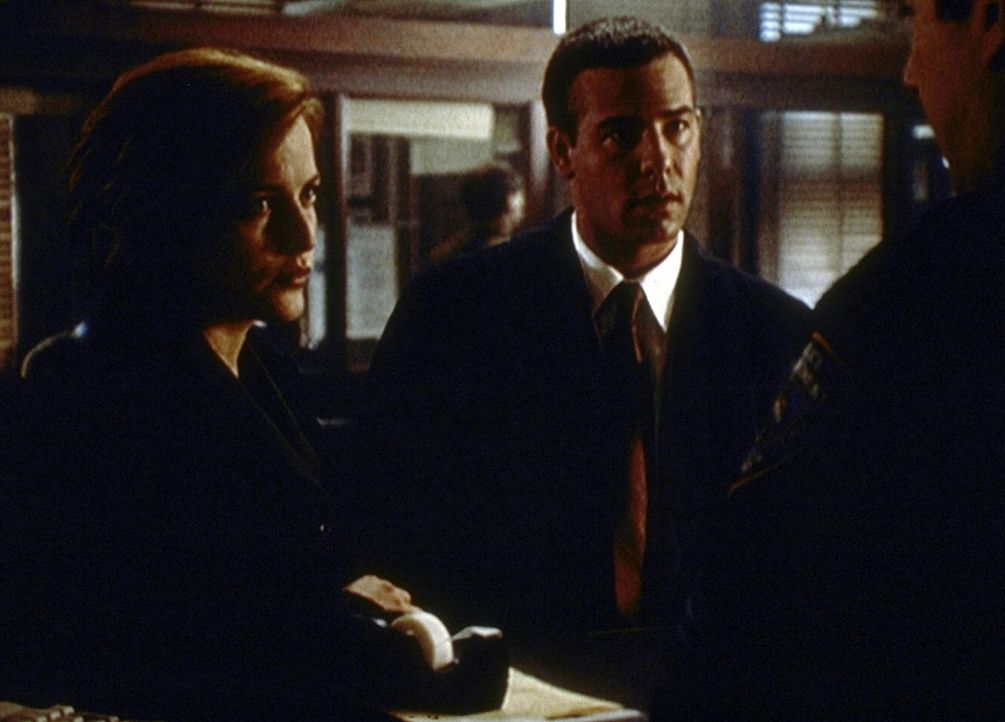 Scully (Gillian Anderson, l.) und ihr derzeitiger Kollege Peyton Ritter (Richard Ruccolo) ermitteln gegen einen New Yorker Fotografen. - Bildquelle: TM +   2000 Twentieth Century Fox Film Corporation. All Rights Reserved.