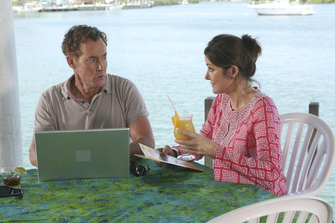 Cox (John C. McGingley, l.) und Jordan (Christa Miller r.), die auf die Bahamas geflogen sind, um die Hochzeit des Hausmeisters mit Lady zu feiern,... - Bildquelle: Touchstone Television