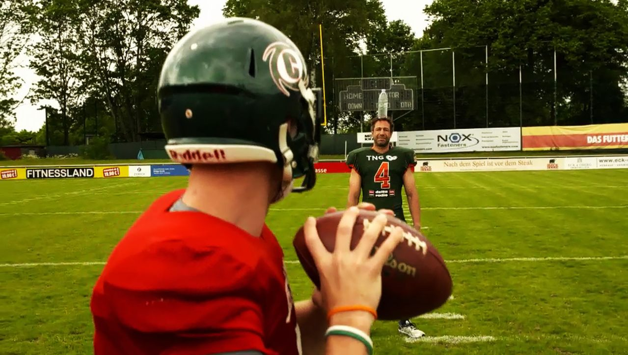 Kann Evil Jared Hasselhoff (r.) den Muskelpaketen der Football-Profis die Stirn bieten oder wird er von einem der besten deutschen Teams überrollt? - Bildquelle: ProSieben MAXX
