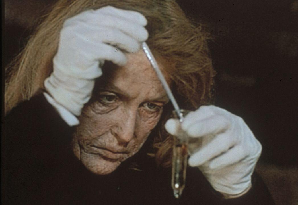 Scully (Gillian Anderson) ist an Bord eines amerikanischen Kriegsschiffes, das eine Zeitreise gemacht hat, innerhalb von zwei Tagen um fünfzig Jahre... - Bildquelle: TM +   Twentieth Century Fox Film Corporation. All Rights Reserved.