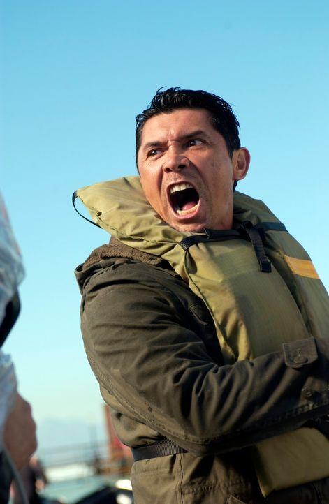 Eines Tages gerät Meeno Paloma (Lou Diamond Phillips) mit seinen Greenpeace Kollegen ins Bermuda Dreieck. Die engagierten Schützer haben ein Walfang... - Bildquelle: The Sci-Fi Channel