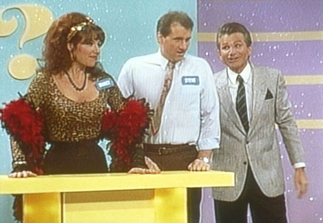 Al (Ed O'Neill, M.) und Peggy (Katey Sagal, l.) treten in der Gameshow von Bink Winkleman (David Leisure, r.) auf. - Bildquelle: Sony Pictures Television International. All Rights Reserved.