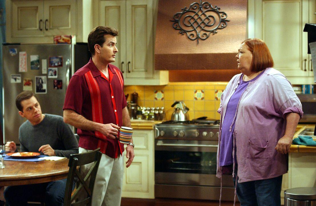 Charlie (Charlie Sheen, M.) und Alan (Jon Cryer, l.) bitten Berta (Conchata Ferrell, r.) um Hilfe ... - Bildquelle: Warner Brothers Entertainment Inc.