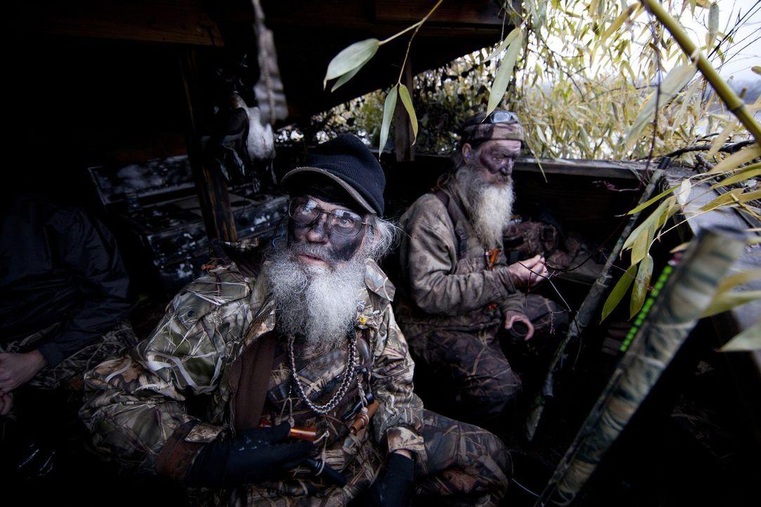 """Si (Si Robertson, l.) und Phil (Phil Robertson, r.) beschließen kurzerhand, bei der Entenjagd eine Pause einzulegen und kurz beim """"Career Day"""" in d... - Bildquelle: Zach Dilgard 2012 A+E Networks"""