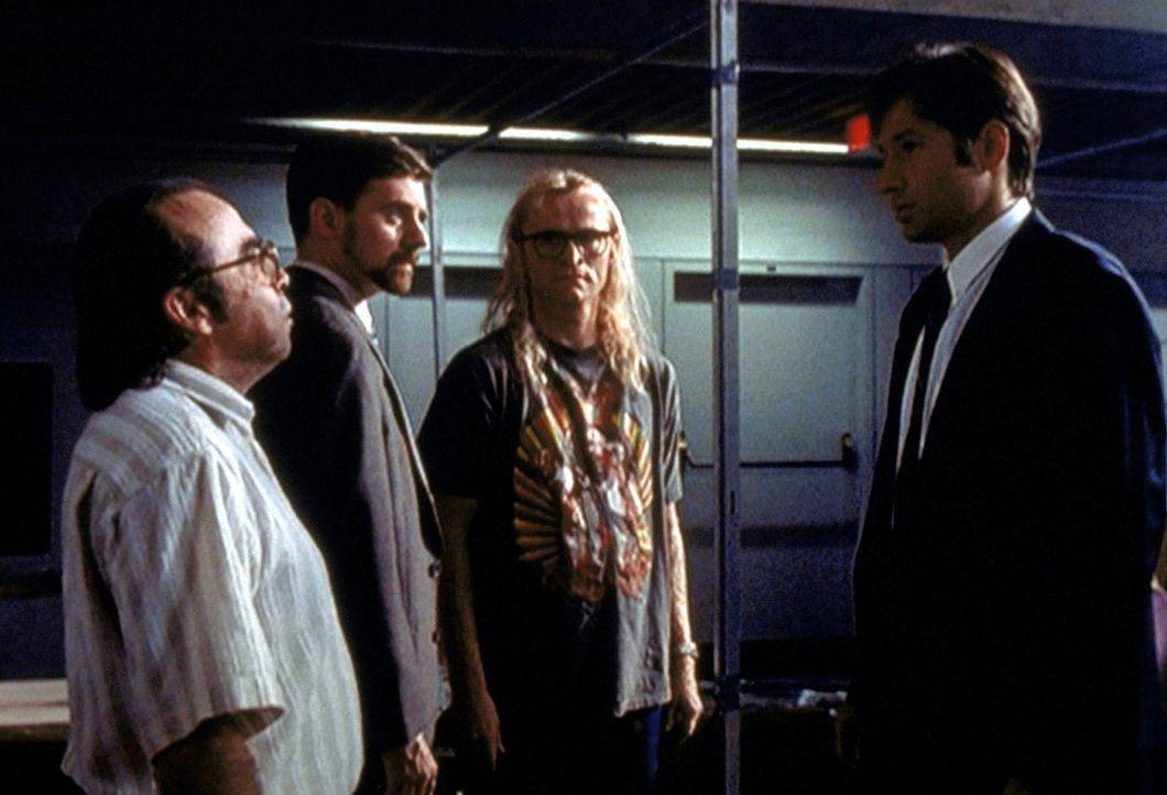 Mulder (David Duchovny, r.) lernt 1989 seine drei späteren Freunde Frohike (Tom Braidwood, l.), Byers (Bruce Harwood, 2.v.l.) und Langly (Dean Haglu... - Bildquelle: TM +   2000 Twentieth Century Fox Film Corporation. All Rights Reserved.