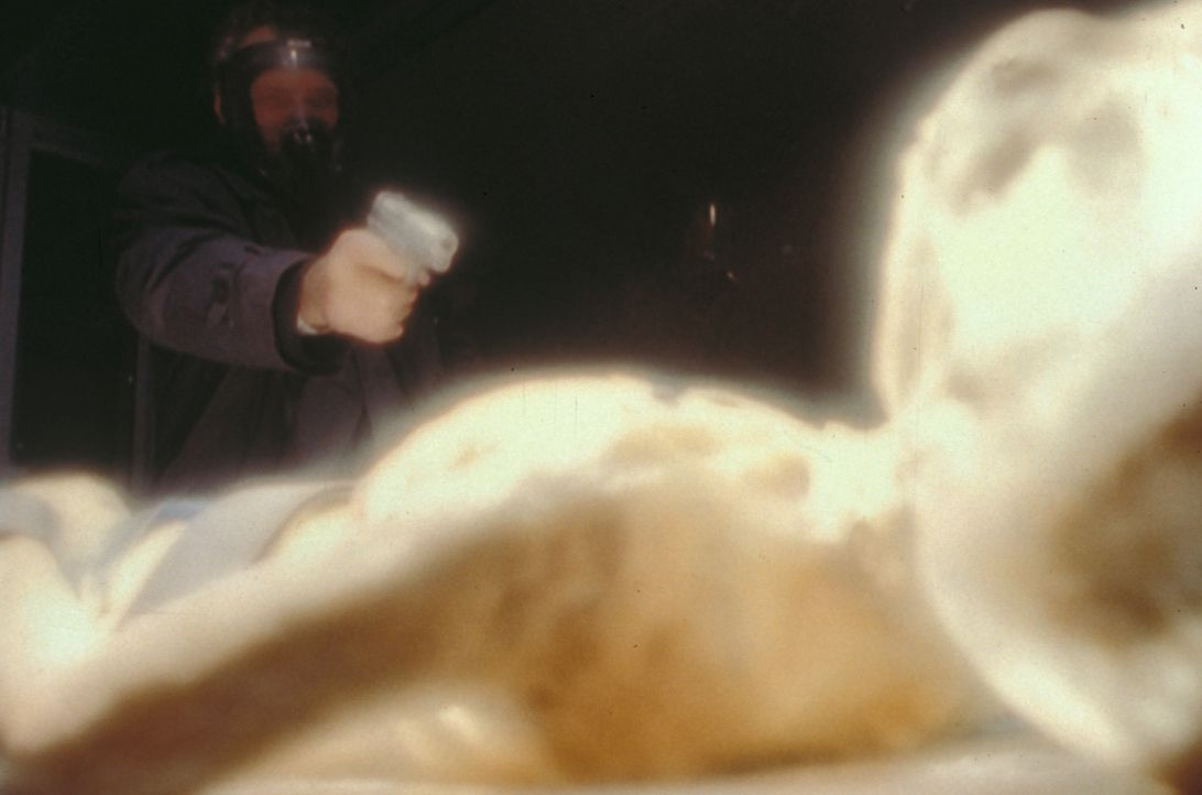Als der Mann mit der tiefen Stimme (Jerry Hardin) einen Außerirdischen erschießt, tut er das auf Veranlassung des geheimnisvollen Rauchers. - Bildquelle: TM +   Twentieth Century Fox Film Corporation. All Rights Reserved.