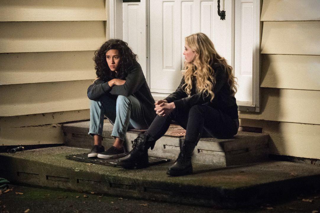Kaia (Yadira Guevara-Prip, l.); Claire (Kathryn Newton, r.) - Bildquelle: Dean Buscher 2017 The CW Network, LLC. All Rights Reserved / Dean Buscher