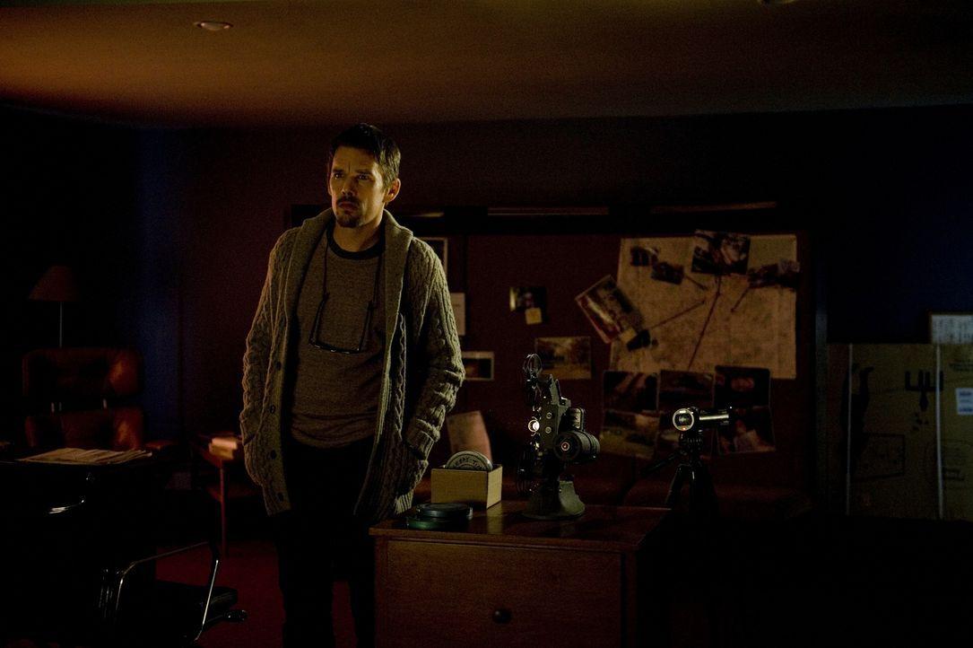 Sämtliche Menschen, die er auf den gefundenen Filmen sieht, sind tot. Ellison (Ethan Hawke) realisiert, dass seine Famlie in eine Sache verstrickt w... - Bildquelle: Phillip Caruso 2011 GAME CHANGE