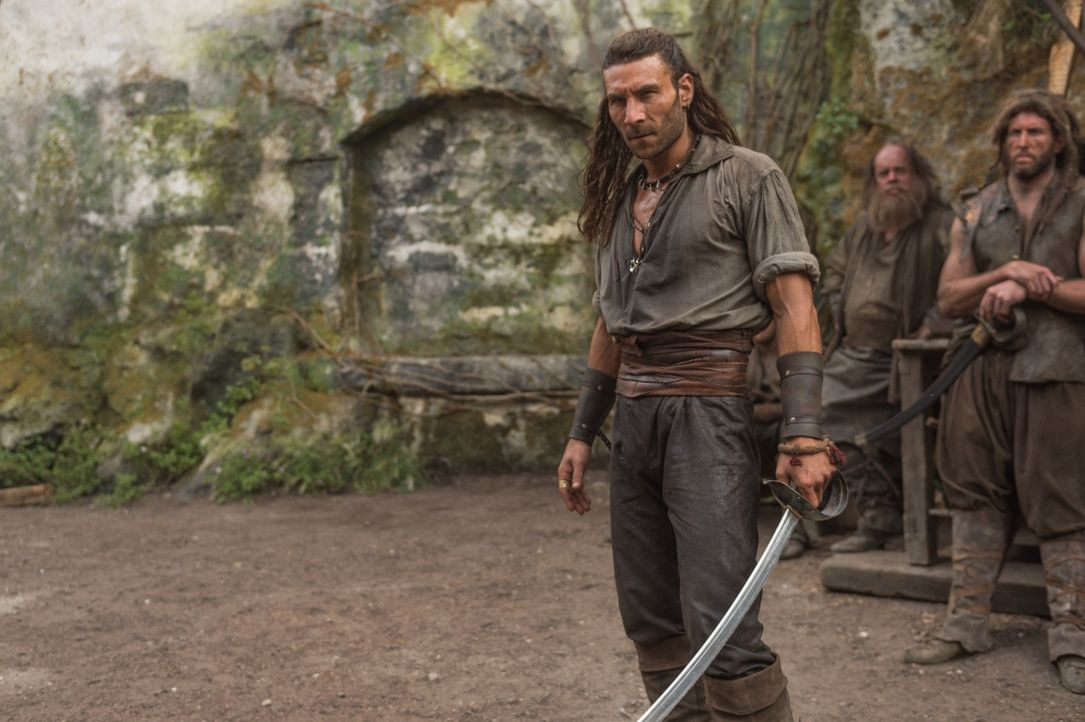 Flint beschließt, gegen seinen Widersacher Vane (Zach McGowan, l.) zu kämpfen und die Bucht zurückzuerobern. - Bildquelle: 2015 Starz Entertainment LLC, All rights reserved.