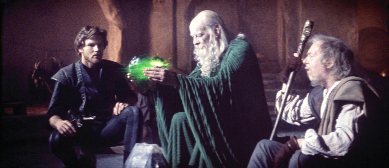 """Prinz Colwyn (Ken Marshall, l.) hört die weisen Worte des """"smaragdgrünen Propheten"""" (John Welsh, M.). - Bildquelle: Columbia Pictures"""