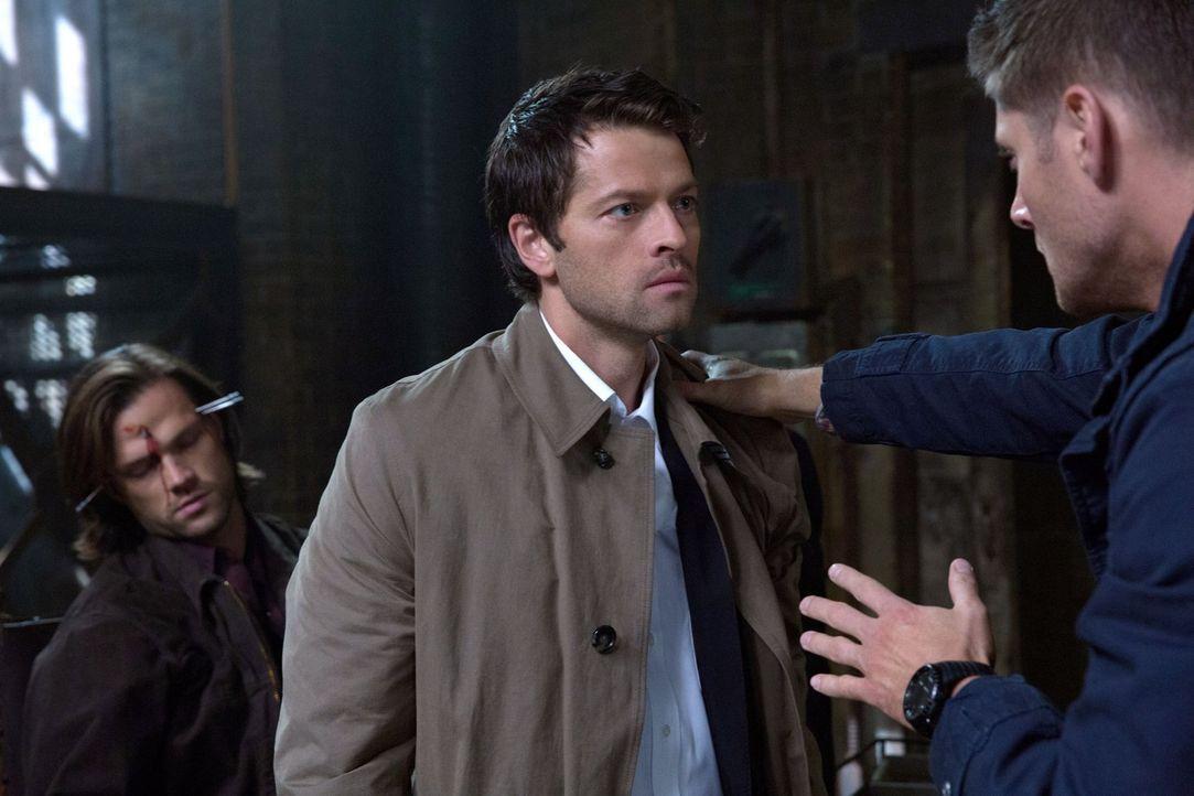 Können Castiel (Misha Collins, M.) und Dean (Jensen Ackles, r.) Sam (Jared Padalecki, l.) wirklich von dem Engel befreien? - Bildquelle: 2013 Warner Brothers
