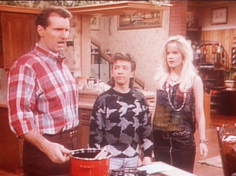Al (Ed O'Neill, l.), Bud (David Faustino, M.) und Kelly (Christina Applegate, r.) müssen einmal mehr arbeiten: Im Hause Bundy gibt es nichts zu esse... - Bildquelle: Sony Pictures Television International. All Rights Reserved.