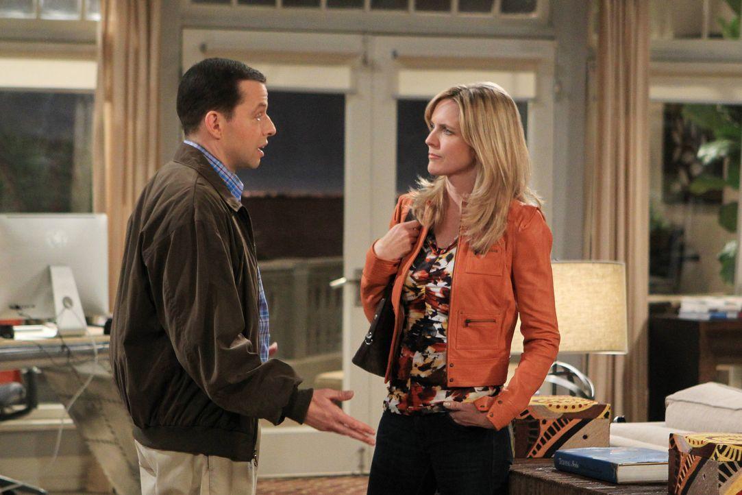 Alans (Jon Cryer, l.) Beziehung zu Lyndsey (Courtney Thorne-Smith, r.) leidet, da er sich weigert, ihr einen Schlüssel zum Strandhaus zu geben ... - Bildquelle: Warner Bros. Television