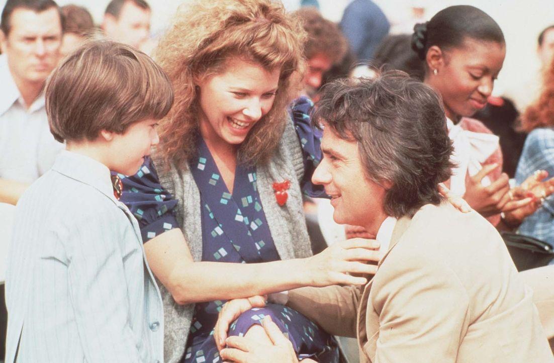 Begeistert feiern Laura (Kate Capshaw, M.) und Morgan ( Michael Scalera, l.) Wylies (Dudley Moore, r.) großen Erfolg ... - Bildquelle: Paramount Pictures