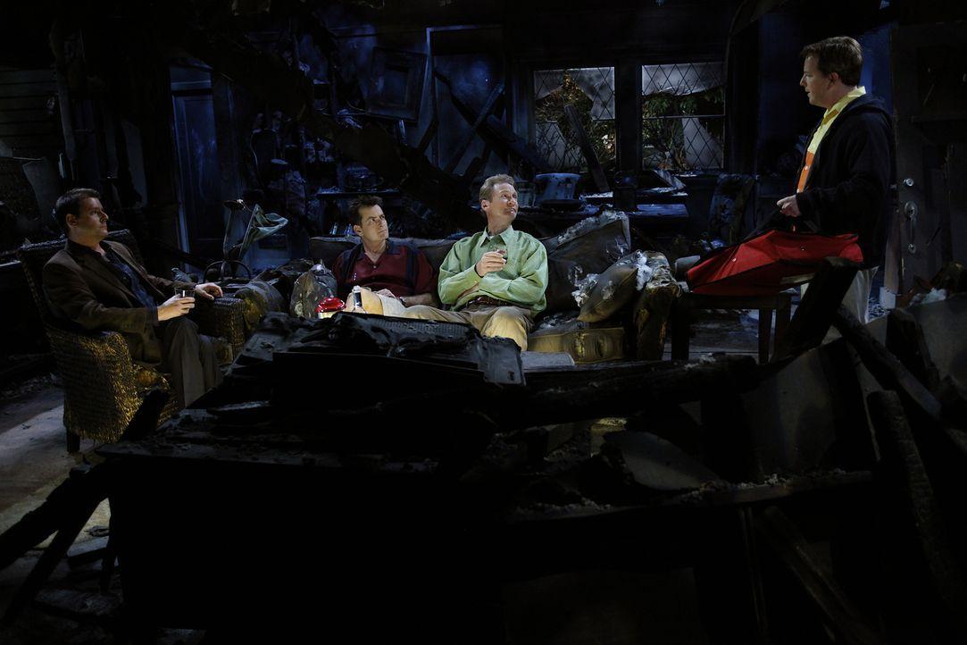 In der verkohlten Ruine von Lyndsey kommt es zwischen Chris (Judd Nelson, l.), Charlie (Charlie Sheen,2.v.r.), Herb (Ryan Stiles, 2.v.r.) und Gordon... - Bildquelle: Warner Bros. Television