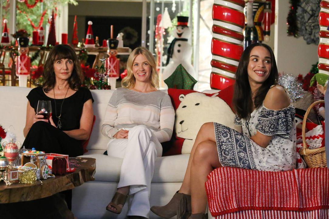 Gail (Mary Steenburgen, l.), Melissa (January Jones, M.) und Erica (Cleopatra Coleman, r.) sind von Carols Eifer, das ganze Haus weihnachtlich zu de... - Bildquelle: 2015-2016 Fox and its related entities.  All rights reserved.