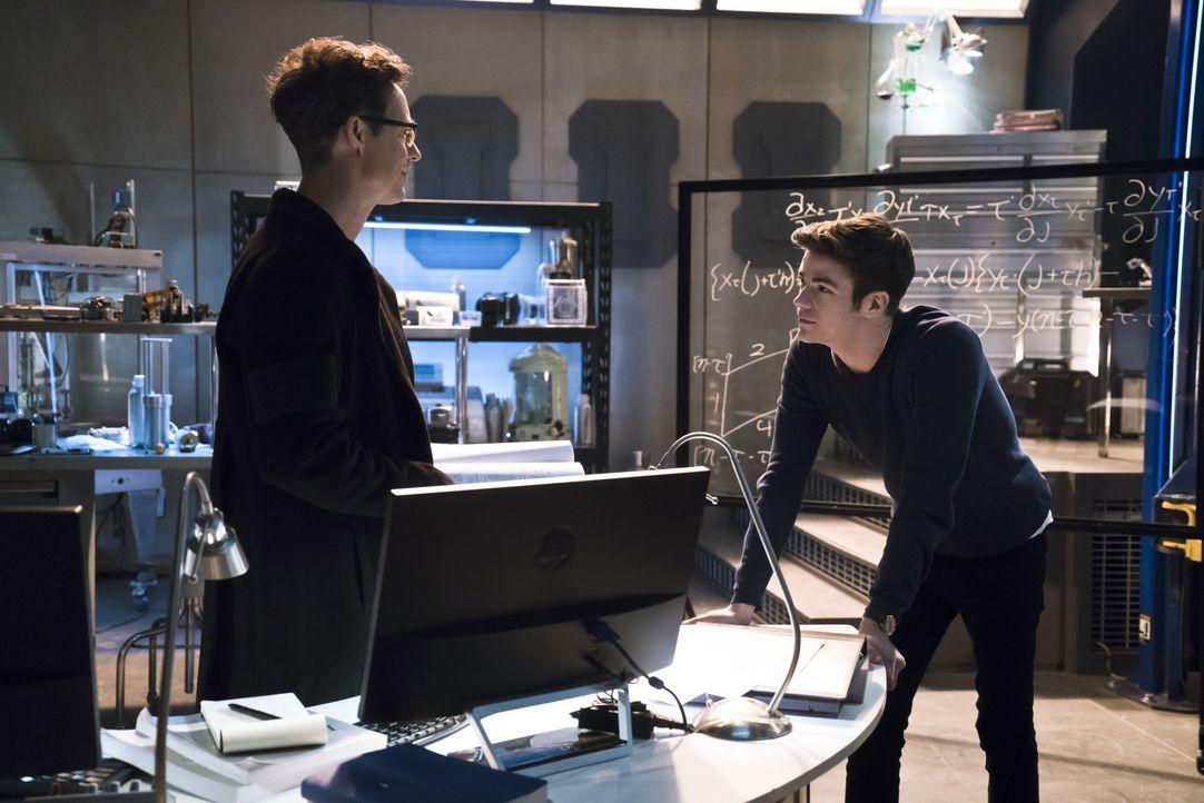 Dr. Wells (Tom Cavanagh, l.) und Barry (Grant Gustin, r.) arbeiten unter Hochdruck daran, einen Weg zu finden, die Tore zwischen den Welten zu schli... - Bildquelle: 2015 Warner Brothers.