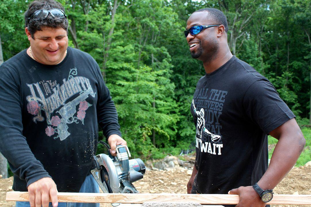 """Das """"Man Caves""""-Team um Tony Siragusam (l.) kooperiert dieses Mal mit den Jungs von """"Animal Planet"""", um für den New York """"Jets""""-Star-Linebacker Bart... - Bildquelle: Nathan Frye 2011, DIY Network/Scripps Networks, LLC.  All Rights Reserved."""
