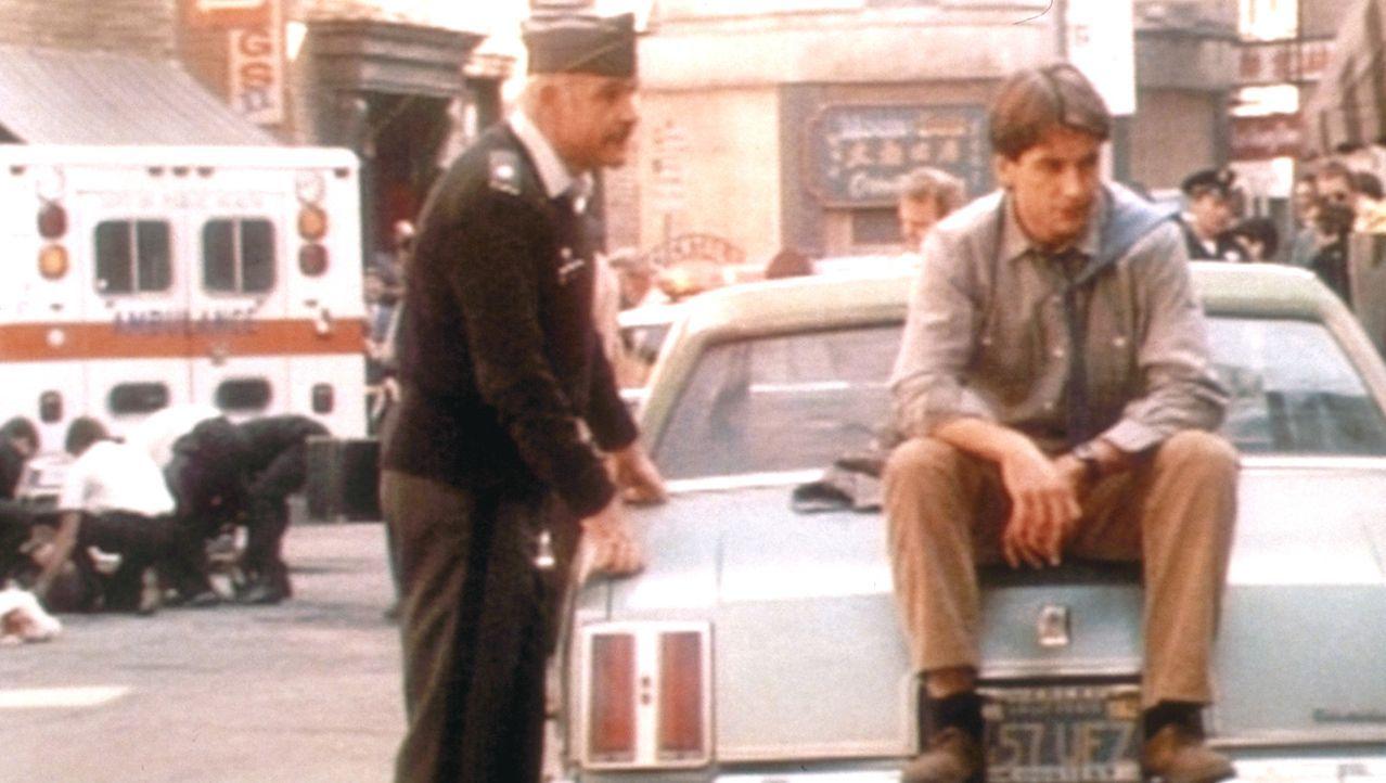 Jay Austin (Mark Harmon, r.) und Lt. Col. Alan Caldwell (Sean Connery, l.) kommen merkwürdigen Transaktionen auf einem Militärflughafen auf die Sp... - Bildquelle: Paramount Pictures