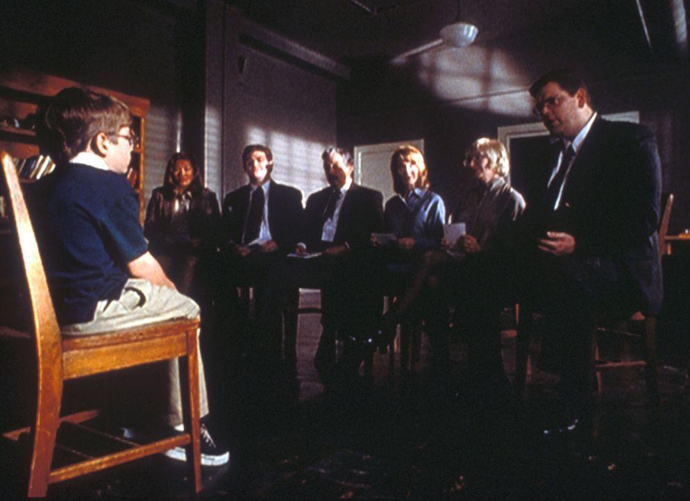 Das Schachwunderkind Gibson Praise (Jeff Gulka, l.) überrascht alle Sachverständigen damit, dass es unter anderem weiß, was jeder von ihnen zum Früh... - Bildquelle: TM +   2000 Twentieth Century Fox Film Corporation. All Rights Reserved.