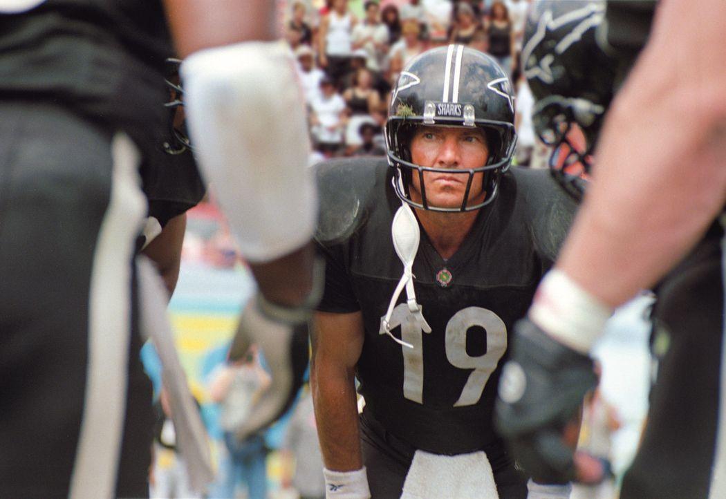 Als der erfahrene Quarterback Jack Rooney (Dennis Quaid) nach einem Foul im Krankenstand landet, scheinen die besten Tage des Footballtrainers Tony... - Bildquelle: Warner Brothers