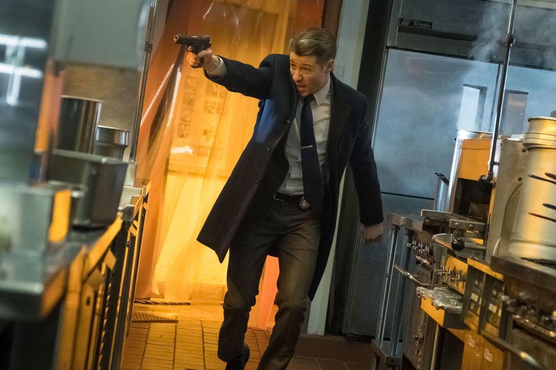 Während sich Gordon (Ben McKenzie) auf die Suche nach einem Menschen macht, der für Sofia äußerst wichtig ist, gehen Pinguin, Lee und Edward eine un... - Bildquelle: 2017 Warner Bros.