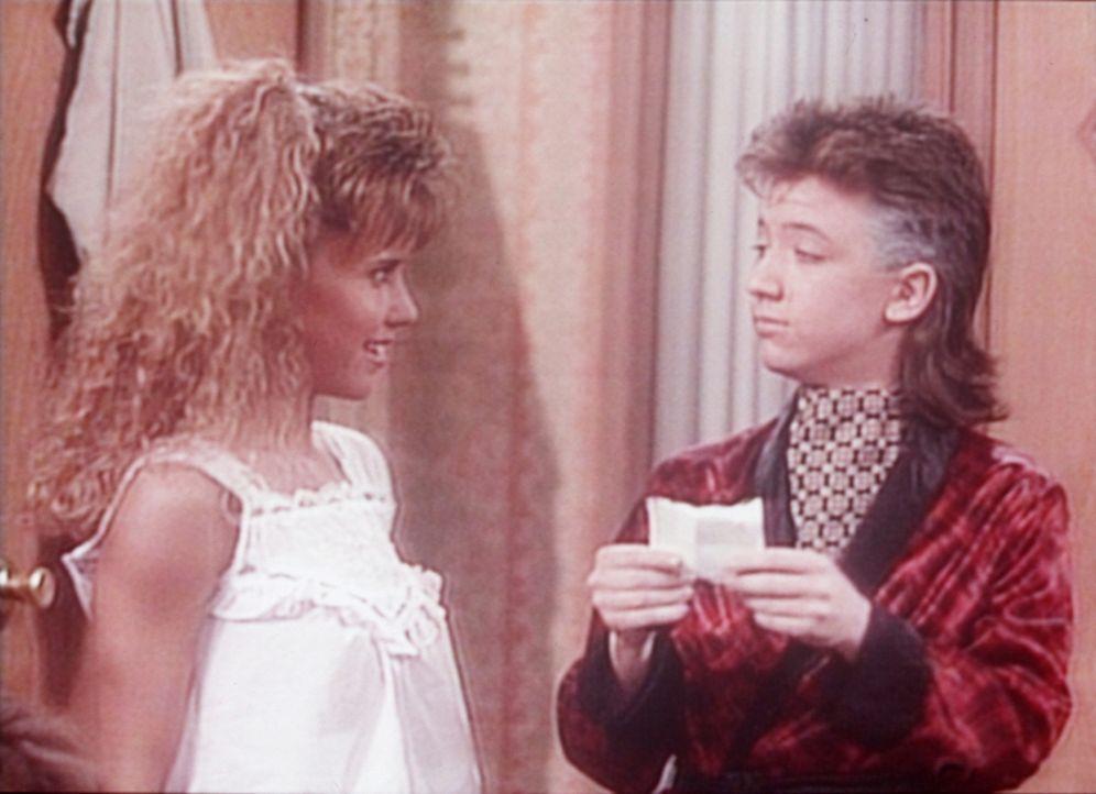 Bud (David Faustino, r.) verrät den Freundinnen seiner Schwester, dass Kelly Verhältnisse mit deren Freunden hat. - Bildquelle: Sony Pictures Television International. All Rights Reserved.