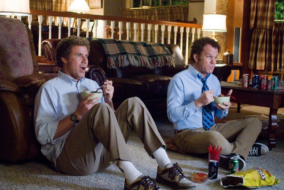 Brennan Huff (Will Ferrell, l.) und Dale Doback (John C. Reilly, r.) teilen dasselbe Los: Beide sind um die 40-jährige Einzelkinder, notorische Nest... - Bildquelle: 2008 Columbia Pictures Industries, Inc. and Beverly Blvd LLC. All Rights Reserved.