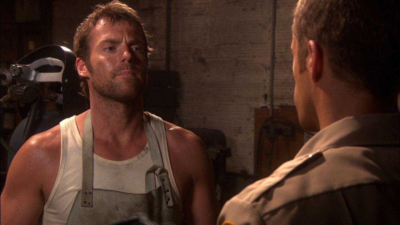 Carter (Colin Ferguson, r.) versucht herauszufinden, was Dactylos (Michael Shanks, l.) mit den geheimnisvollen Vorgängen in Eureka zu tun hat ... - Bildquelle: Universal Television