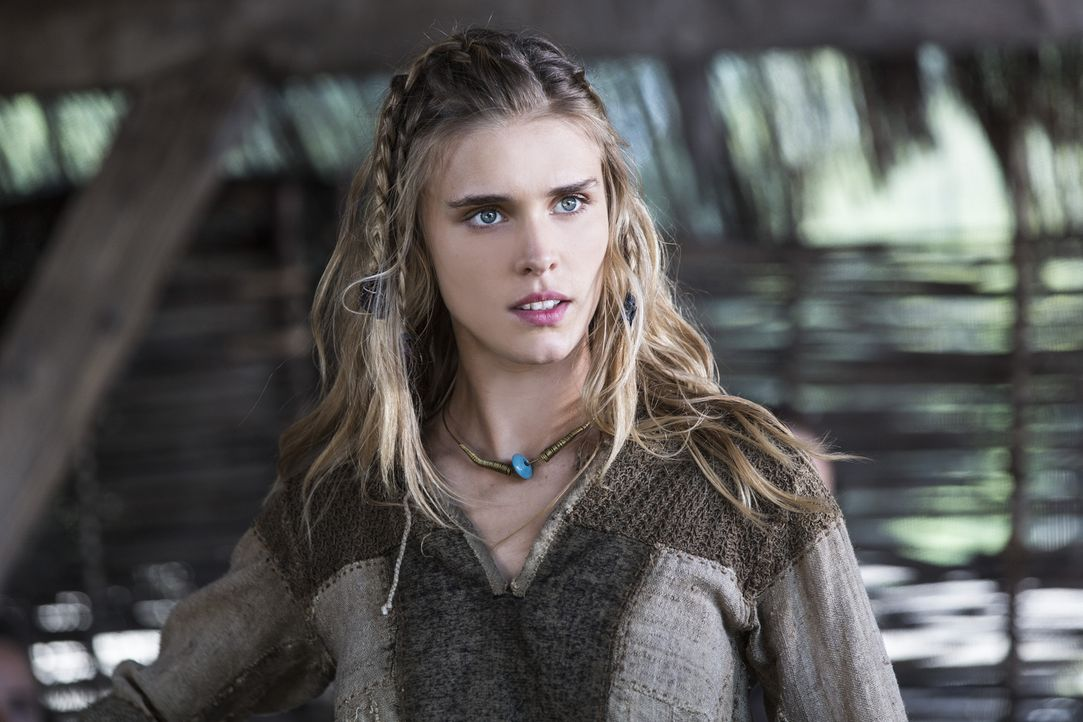 Auf Anhieb ist Ragnars Sohn Bjorn von der hübschen Porunn (Gaia Weiss) fasziniert ... - Bildquelle: 2014 TM TELEVISION PRODUCTIONS LIMITED/T5 VIKINGS PRODUCTIONS INC. ALL RIGHTS RESERVED.