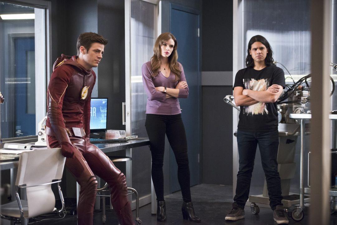 Während Cisco (Carlos Valdes, r.) daran zweifelt, ob es wirklich das richtige ist, seine vollen Kräfte auszuschöpfen, glauben Barry alias The Flash... - Bildquelle: Warner Bros. Entertainment, Inc.